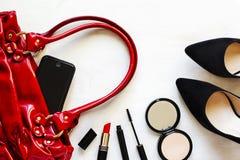 Kvinnors uppsättning av modetillbehör på träbakgrund Fotografering för Bildbyråer