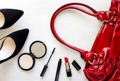 Kvinnors uppsättning av modetillbehör: skor, handväska, mobiltelefon och skönhetsmedel Royaltyfri Bild