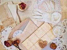 Kvinnors vita handskar och gamla bokstäver. Royaltyfri Foto