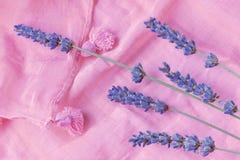 Kvistar av lavendel är på en rosa halsduk Arkivfoto
