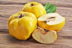 Kvitten bär frukt på trätabellen royaltyfri bild