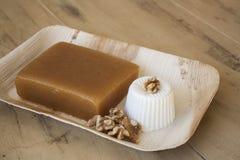 Kvittengelé (membrillo) med ny ost och valnötter Arkivfoto