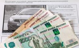 Kvitto för betalning av en bot för kränkning av trafikregler och pengar Royaltyfri Fotografi