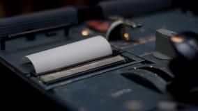 kvitto kontant illustrerande spenderat pengarkvitto Closeup av händer som räknar på en kassaapparat på mörk bakgrund Royaltyfri Fotografi