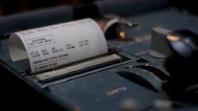 kvitto kontant illustrerande spenderat pengarkvitto Closeup av händer som räknar på en kassaapparat på mörk bakgrund Royaltyfria Foton