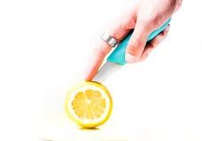 Kwaśna cytryna ciąca z nożem Obrazy Stock