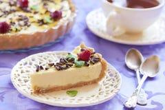 Kwaśnej śmietanki cheesecake z czekoladą, malinkami i mennicą, zdjęcie royalty free