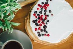 Kwaśnej śmietanki tort z jagodami z gorącą filiżanką kawy, nakrywający Zdjęcia Stock
