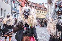 Kwaad duivelscijfer met grote tanden en lang wit haar Straat Carnaval in zuidelijk Duitsland - Zwart Bos stock afbeelding