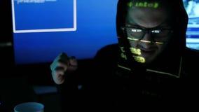 Kwaad, misdadig hakkerportret, zenuwachtig hakker barstend systeem, Internet-spionage, binnendrongen in een beveiligd computersys stock video