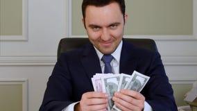 Kwaad tevreden bedrijfs tellend geld royalty-vrije stock foto's