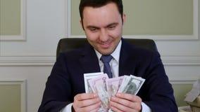 Kwaad tevreden bedrijfs tellend geld stock footage