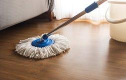 Kwacz czyści na drewnianej podłodze zdjęcia royalty free