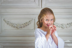 Kwade emotie en glimlach, weinig mooie engel Royalty-vrije Stock Afbeelding
