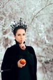Kwade Koningin Keeping Geheime Holding Vergiftigd Apple royalty-vrije stock fotografie