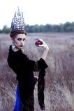 Kwade koningin met een appel Stock Foto's