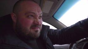 Kwade mens in de auto stock footage