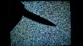 Kwade mens met scherp mes, een moordenaarspersoon met mes ongeveer om een doodslag, moordlandschap te begaan stock video