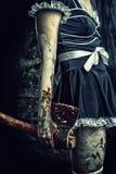 Kwade vrouw die een bloedige bijl houden stock afbeeldingen