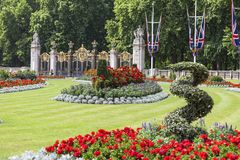 Kwadrat przed buckingham palace z flowerbed i dekoracyjną bramą Zielenieć parka, Londyn, Zjednoczone Królestwo Fotografia Stock