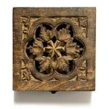 Kwadrat rzeźbiący drewniany pudełko odizolowywający na bielu - z kwiatu projektem, szorstka tekstura - obraz stock