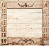 Kwadratowa ozdobna drewniana rama na drewnianym tle Obraz Royalty Free