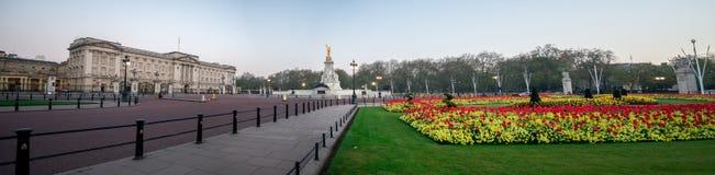 Kwadratowa panorama z królowej Wiktoria pomnikiem i klomby przed buckingham palace, Londyn fotografia stock