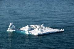 Kwadratowego kształta spławowa lodowa pobliska góra lodowa w ilulissat, Greenland, jakobshavn Zdjęcia Royalty Free