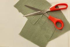 Kwadratowej szarej burlap tkaniny tnący strzyżenia otwierali na górze tkanina kawałków obraz royalty free