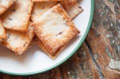 Kwadratowi ciastka na drewnianym tle Fotografia Stock