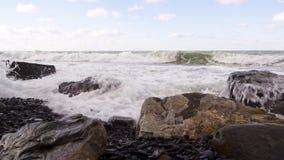 Kwadratowi głazy na otoczak plaży i burzy z dźwiękiem zbiory wideo