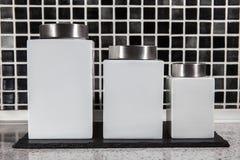 Kwadratowy biały magazyn zgrzyta w nowożytnym czarny i biały kafelkowym kitche Zdjęcie Stock
