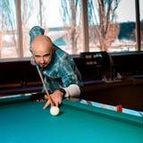 Kwadratowy fotografia mężczyzna przygotowywa uderzać wskazówki piłkę na basenie billiar obraz stock