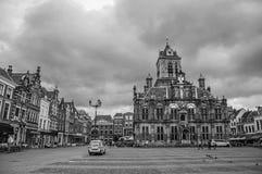 Kwadratowy i Gocki urzędu miasta budynek na chmurnym dniu w Delft Obrazy Stock