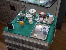 Kwadratowy movable stół z wiele stomatologiczny wyposażenie zdjęcia stock