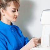 Kwadratowy portret piękna kobiety lekarka w trakcie pracować zdjęcie royalty free
