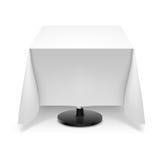 Kwadratowy stół z białym tablecloth. Fotografia Stock