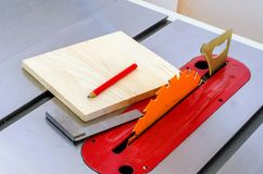 kwadratowy talerz, narzędzia, kłama na maszynowym kółkowym saw w worksh obrazy royalty free