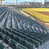 Kwadratowy Wielopoziomowy miejsca siedzące i przegląda pokoje na baseballa polu przeglądać na słonecznym dniu obraz stock