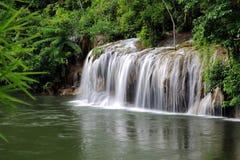 Kwai noi flod och Saiyok Noi Waterfall Arkivbilder