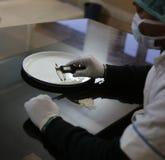 Kwaliteit die basmati rijst testen bij een rijstfabriek Royalty-vrije Stock Foto