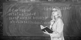 Kwaliteiten die goede leraar maken De principes kunnen het onderwijs efficiënt maken Het vrouwenonderwijs dichtbij bord in klaslo stock fotografie