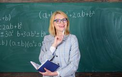 Kwaliteiten die goede leraar maken Het vrouwenonderwijs dichtbij bord De principes kunnen het onderwijs efficiënt en efficiënt ma stock fotografie