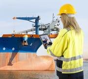 Kwaliteitsborgingmanager die een het uitbaggeren schip inspecteren stock foto