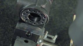Kwaliteitscontrole van de productie van machinedelen bij fabriek Het controleren van nauwkeurigheid stock footage
