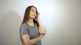 Kwam een interessante idee Kaukasische vrouw op middelbare leeftijd met lang rood haar stock videobeelden