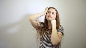 Kwam met het idee van een jonge Kaukasische vrouw met lang rood haar op de proppen stock footage