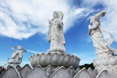 Kwan im中国人女神雕象和天使 免版税库存照片