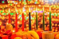 Kwanzaa świętowania pojęcie z siedem świeczkami czerwieni, czerń i gr, obraz stock