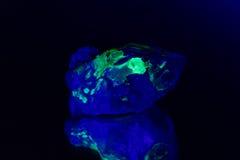 Kwarc z zieloną fluorescencyjną hyalite pokrywą fotografia royalty free